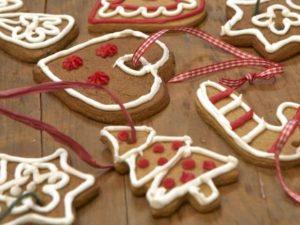 biscottini-a-forma-di-cuore-e-alberi-da-appendere